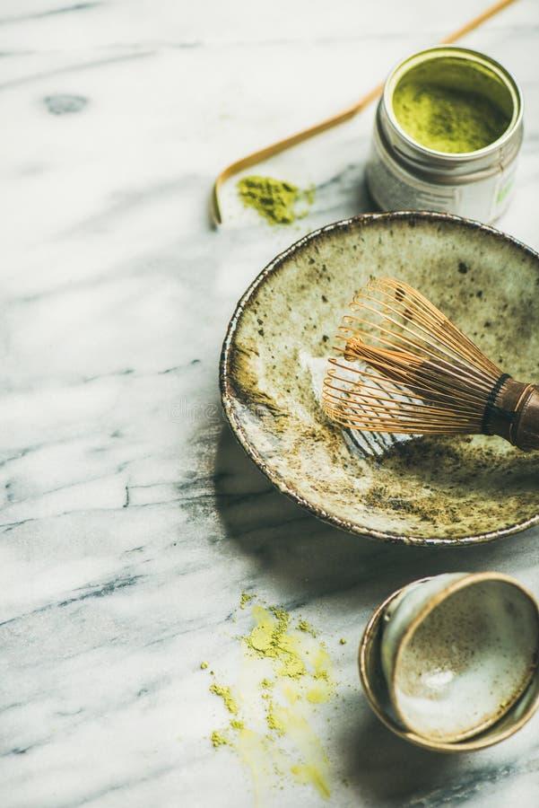 Japanse hulpmiddelen en koppen voor het brouwen van matchathee, selectieve nadruk stock afbeelding