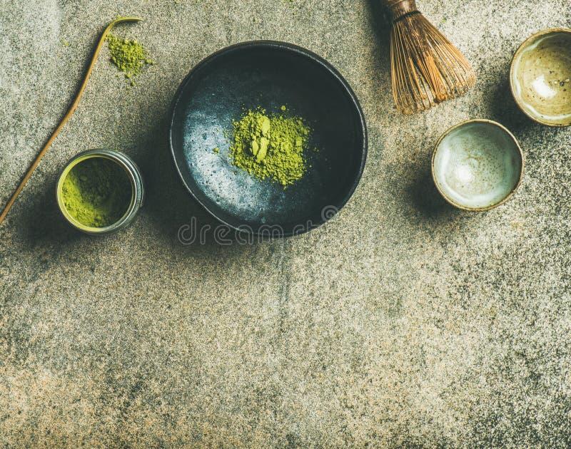 Japanse hulpmiddelen om matcha groene thee, grijze concrete achtergrond te brouwen stock fotografie