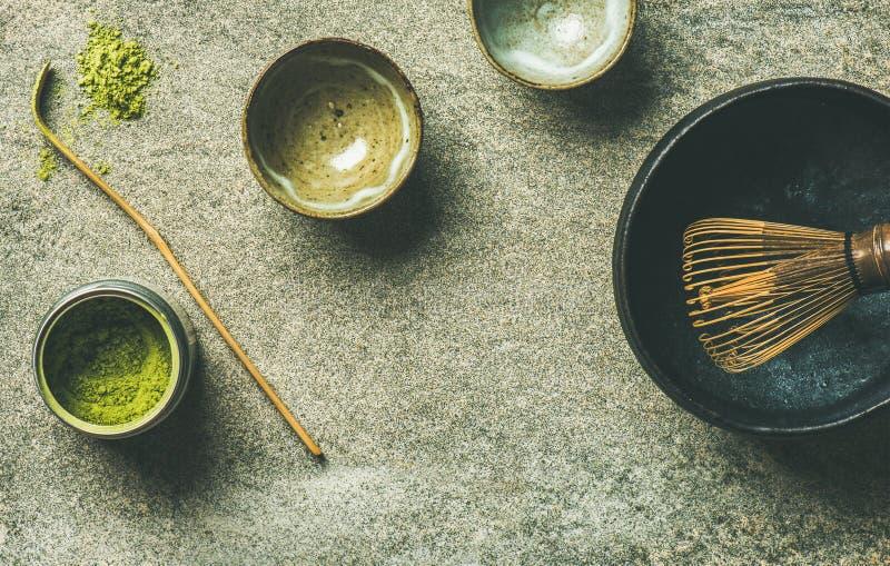 Japanse hulpmiddelen om matchathee, grijze achtergrond, exemplaarruimte te brouwen stock foto's