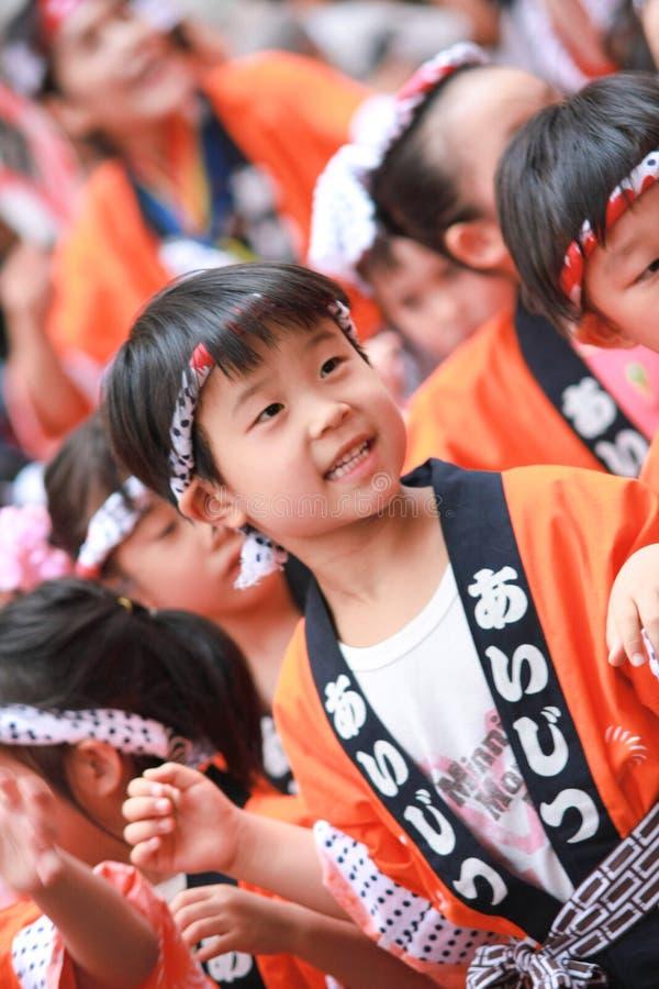 Japanse jonge geitjes traditionele dans stock foto