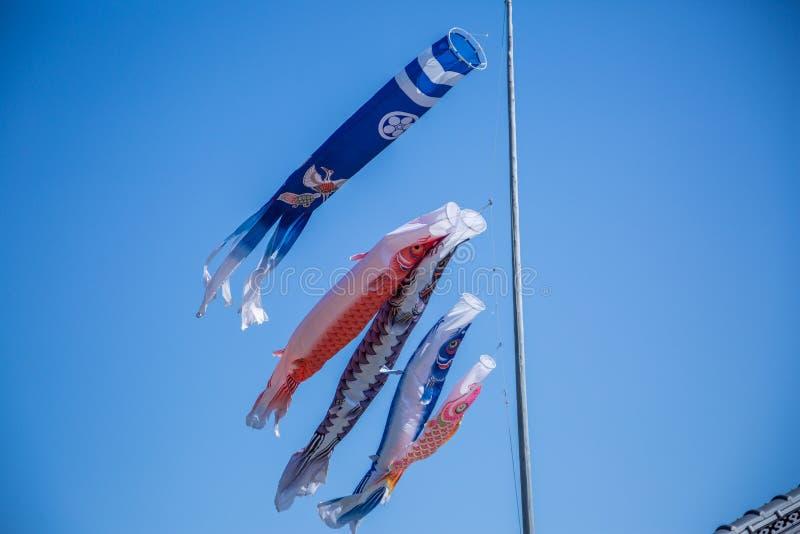 Japanse Karperwimpels op een Duidelijke Blauwe Hemel royalty-vrije stock foto