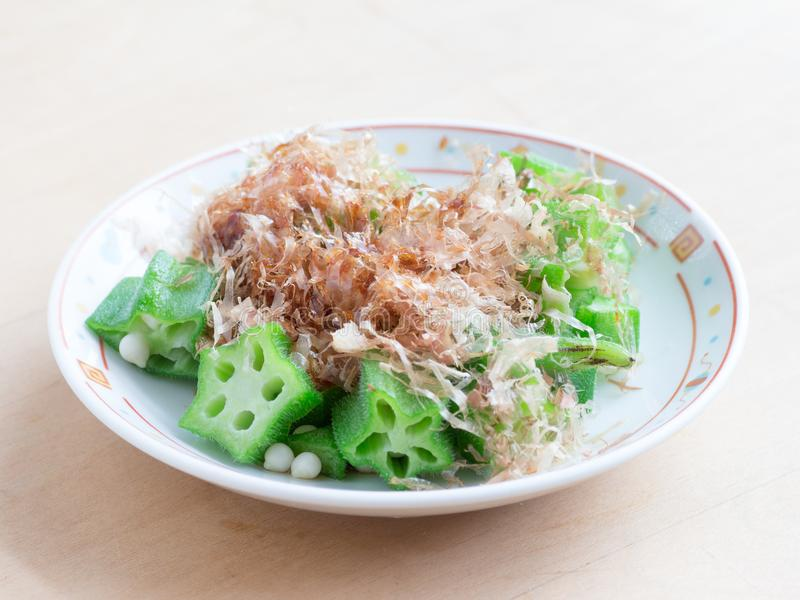 Japanse keuken, gekookte en gesneden okura met droog boniterluchtafweergeschut stock afbeelding