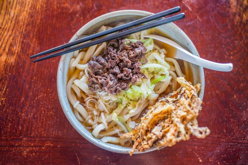 Japanse keuken, Tempura over Udon-noedels stock foto