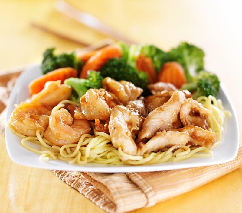 Japanse kip en garnalenteriyaki op noedels stock foto