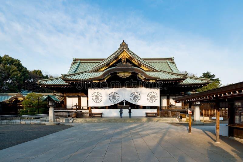 Japanse mensen die bij Yasukuni-Heiligdom in Tokyo, Japan bidden Yasu royalty-vrije stock afbeelding