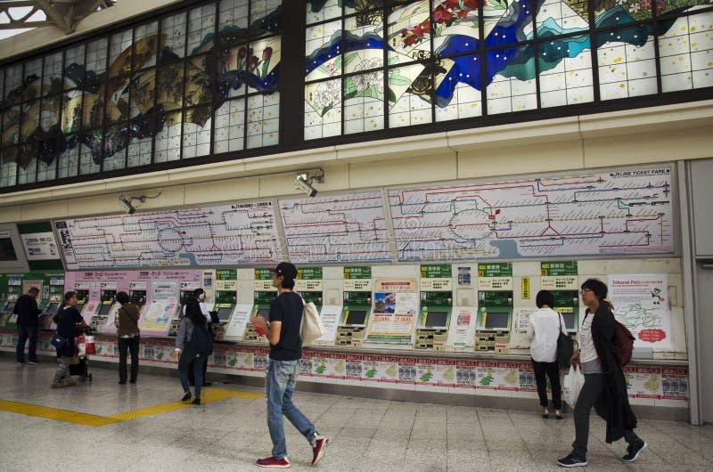 Japanse mensen die kaartjes van trein kopen van automatische verkoop m royalty-vrije stock foto