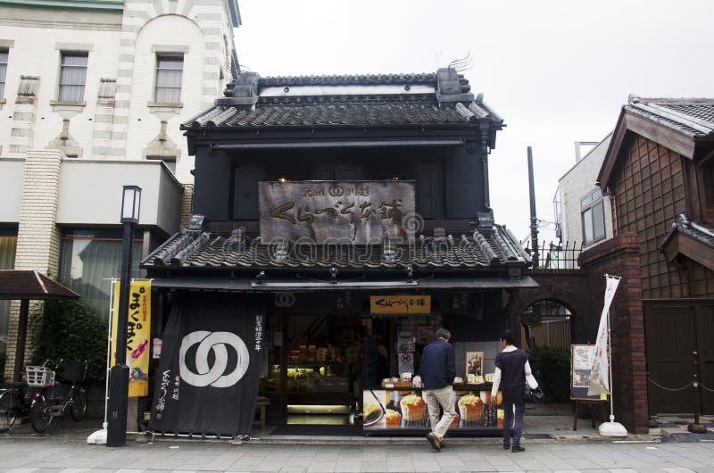 Japanse mensen en en vreemdelingsreiziger die souv lopen winkelen royalty-vrije stock afbeelding