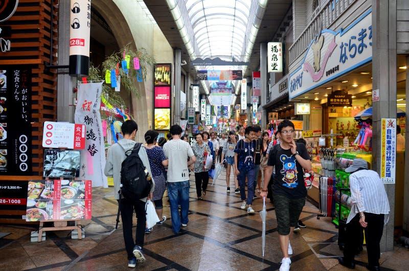 Japanse mensen en reizigersvreemdeling die bij kleine steeg binnen lopen stock fotografie