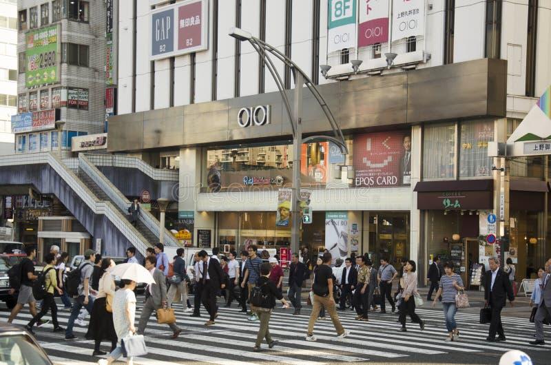 Japanse mensen en reizigersvreemdeling het lopen zebrapadtraffi stock fotografie