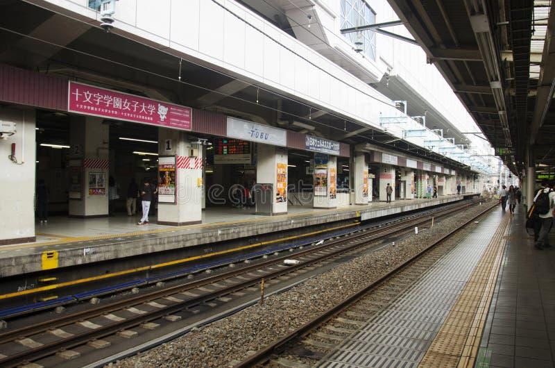 Japanse mensen en vreemdelings de trein en de metro van het reizigerswachten royalty-vrije stock foto's