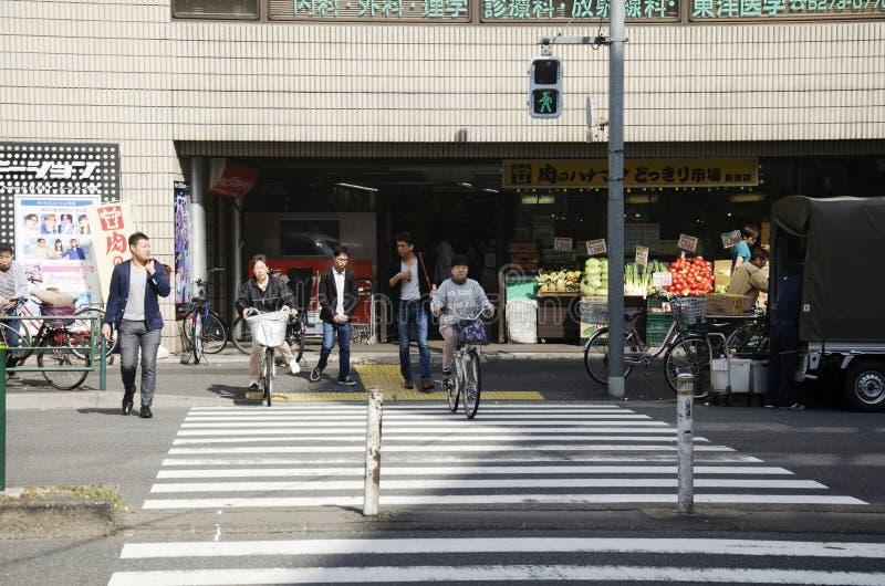 Japanse mensen en vreemdelingsreizigers die zebrapadtraffi lopen royalty-vrije stock foto