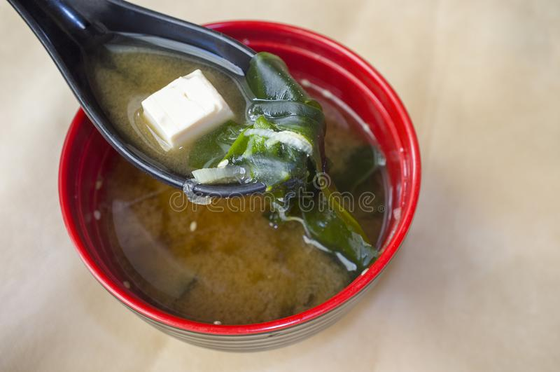 Japanse miso soep met tofu en zeewier stock afbeeldingen