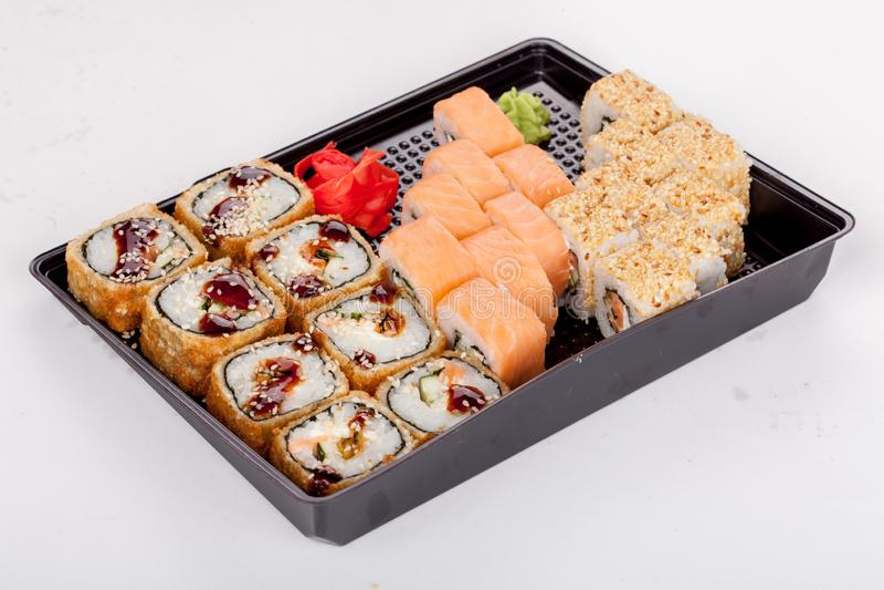 Japanse nationale populaire keuken Sushi, rijst en vissen Smakelijk, prachtig gediend voedsel in een restaurant, koffie royalty-vrije stock foto