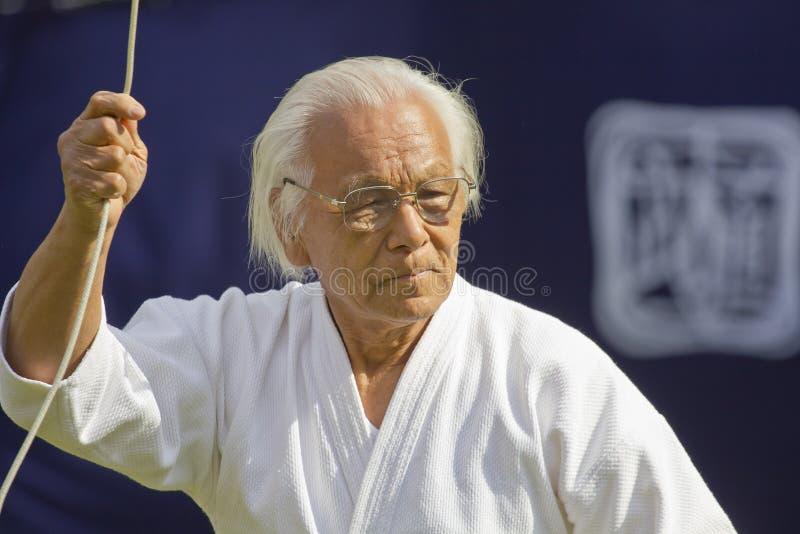 Japanse oude mens die vechtsporten tonen stock afbeelding