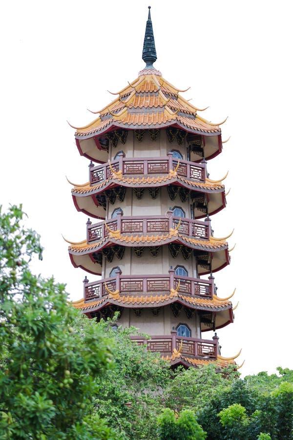 Japanse pagode op witte achtergrond De boom is op de voorzijde royalty-vrije stock afbeelding