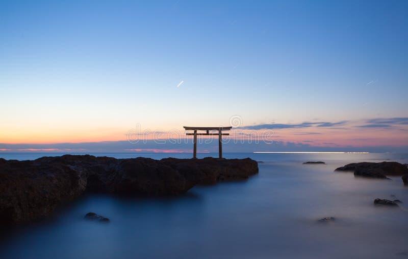 Japanse poort en overzees bij de prefectuur van Oarai Ibaraki stock afbeeldingen