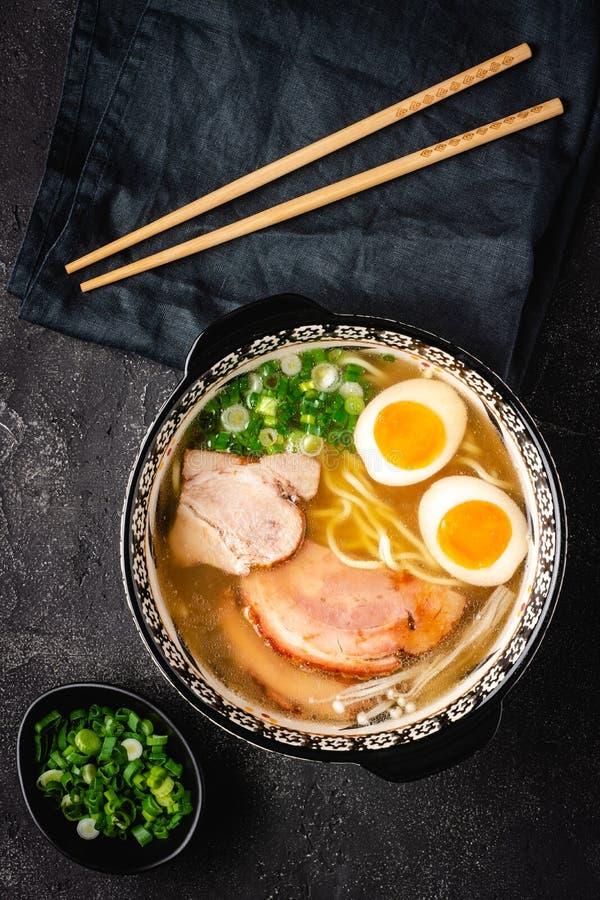 Japanse Ramen-Soep met de Noedels, het Varkensvlees, de Eieren en de Sjalot van Udon stock foto's