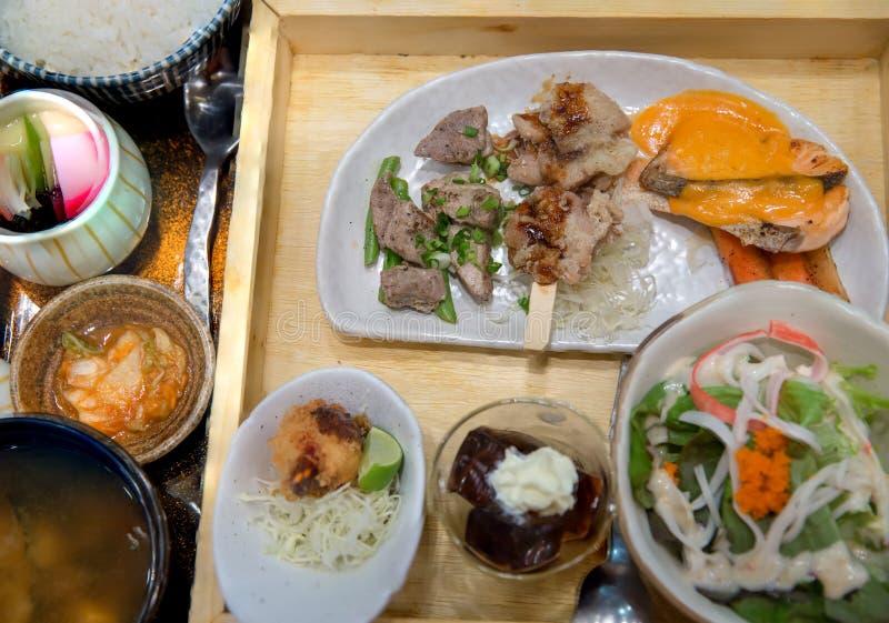 Japanse reeks Bento Bentoreeks van garnalentempura en kippenteriyaki in Japans restaurant stock afbeeldingen