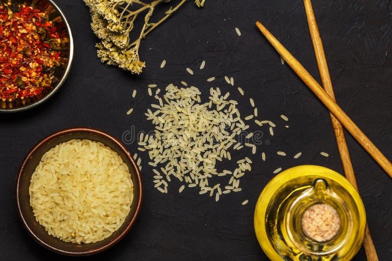 Japanse rijst in een houten kom Houten eetstokjes op de lijst van een bamboemat Aziatische keuken Mening van hierboven royalty-vrije stock afbeelding