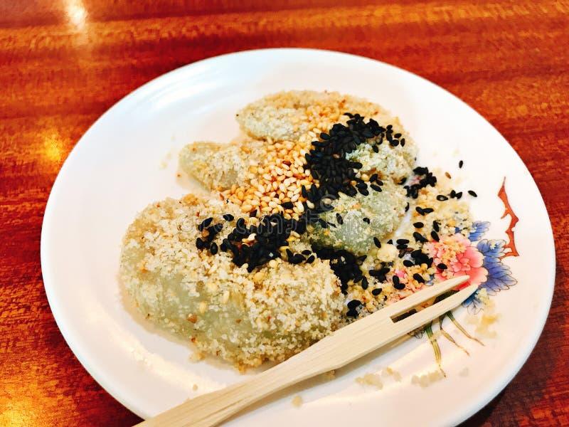 Japanse rijstcake die met suiker, zwart-witte sesam wordt bedekt royalty-vrije stock afbeeldingen