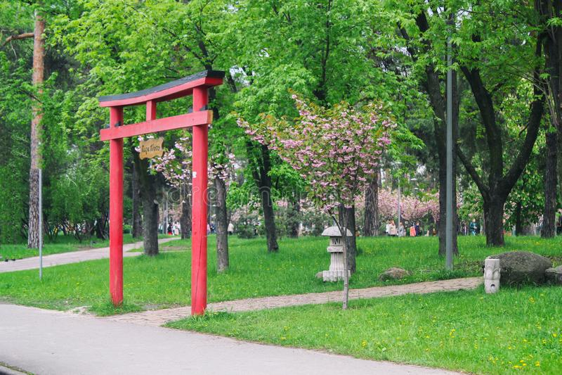 Japanse rode boog Mooi en elegant Ingang aan het Park stock fotografie