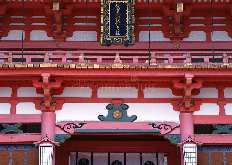 Japanse rode, gouden en witte ingangsarchitectuur van tempel met leuningsdetails stock foto