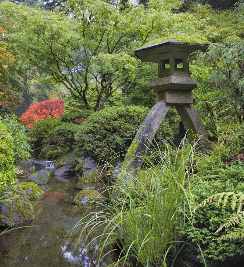 Japanse Steenlantaarn door Waterstroom royalty-vrije stock foto's