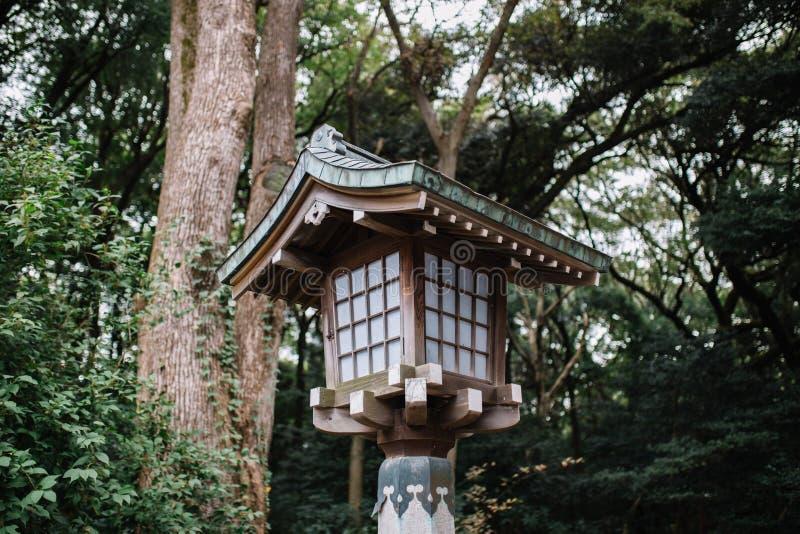 Japanse stijl houten lantaarn met bomen op achtergrond stock foto's
