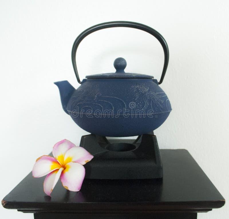 Japanse theepot met bloem op vertoning stock afbeelding