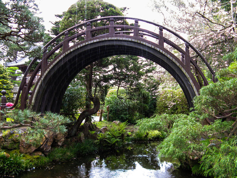 Japanse trommelbrug in de regen royalty-vrije stock afbeeldingen