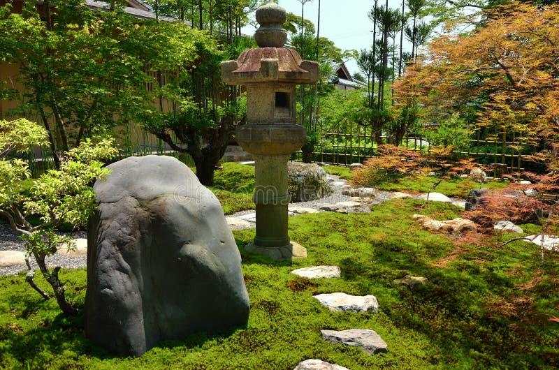 Japanse tuin en steenlantaarn, Kyoto Japan royalty-vrije stock afbeeldingen