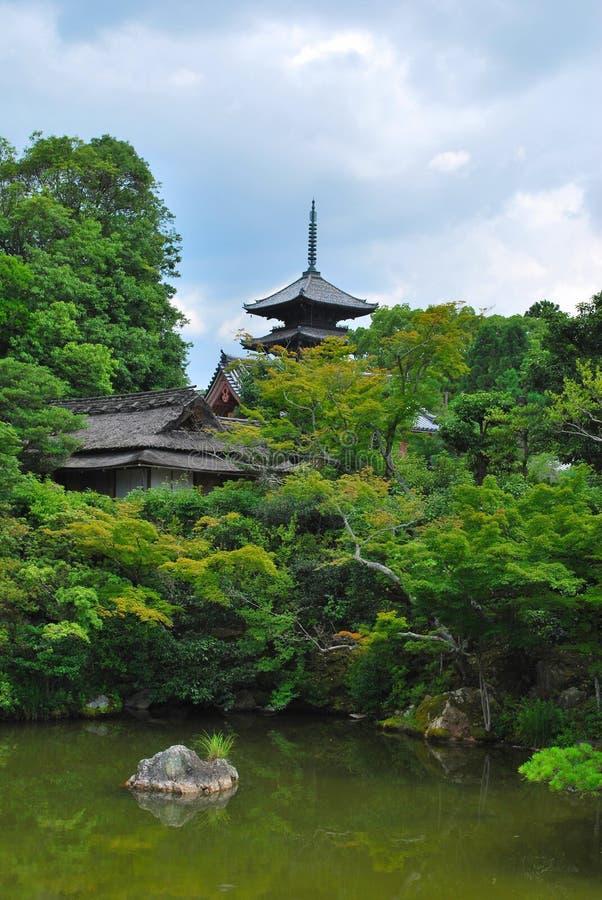 Japanse tuin met tempel royalty-vrije stock afbeelding
