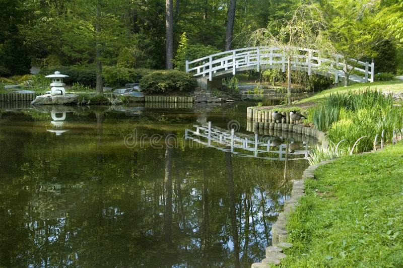 Japanse tuin overspannen brug stock fotografie