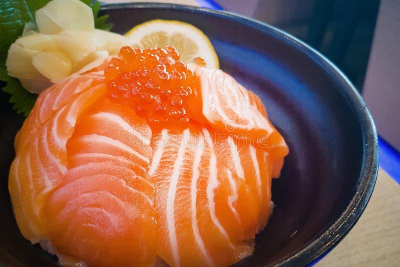 Japanse voedselrijst met Zalm en Tobiko of Salmon Don stock foto's