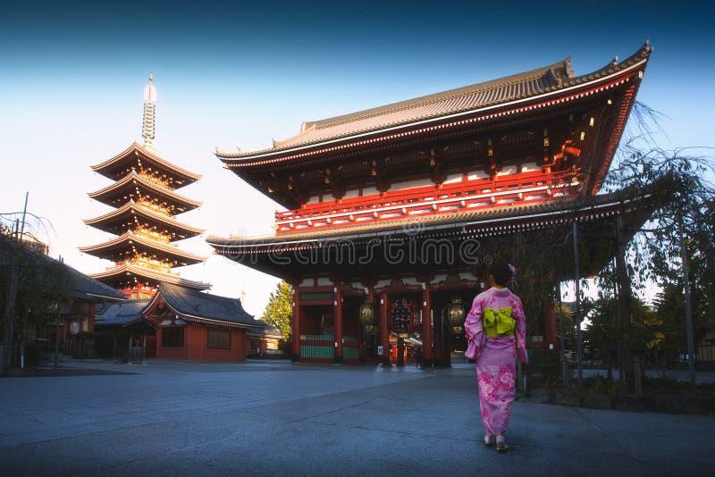 Japanse vrouw die aan pagode, Tokyo lopen stock foto's