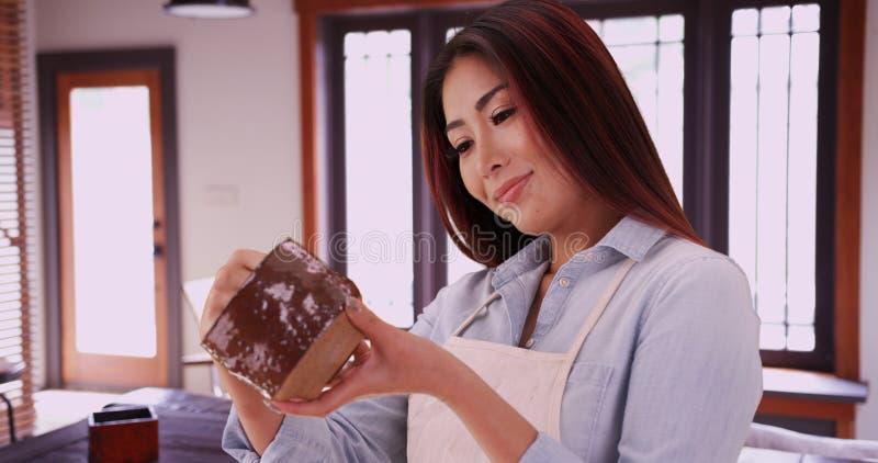 Japanse vrouw die ceramisch stuk houden royalty-vrije stock afbeeldingen