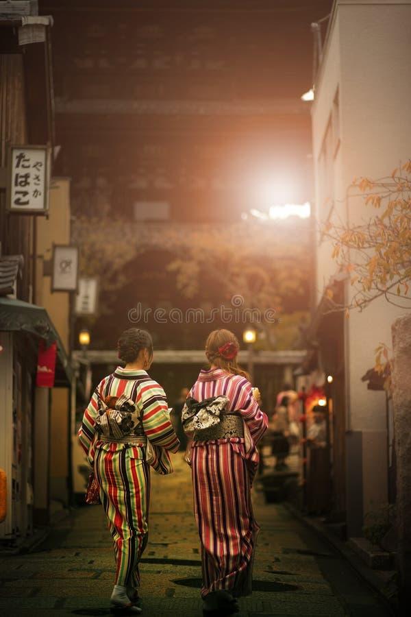Japanse vrouw die de kleren dragen die van de traditiekimono in yasak lopen royalty-vrije stock afbeeldingen