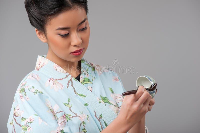 Japanse vrouw die theeceremonie voorbereiden stock afbeeldingen