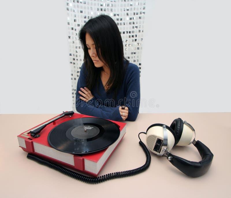 Japanse vrouw en muziekspeler stock foto