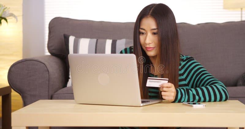 Japanse vrouw het kopen dingen online stock afbeeldingen