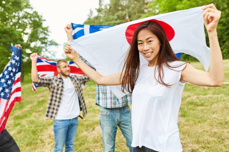 Japanse vrouw met nationale vlag in het park stock afbeelding