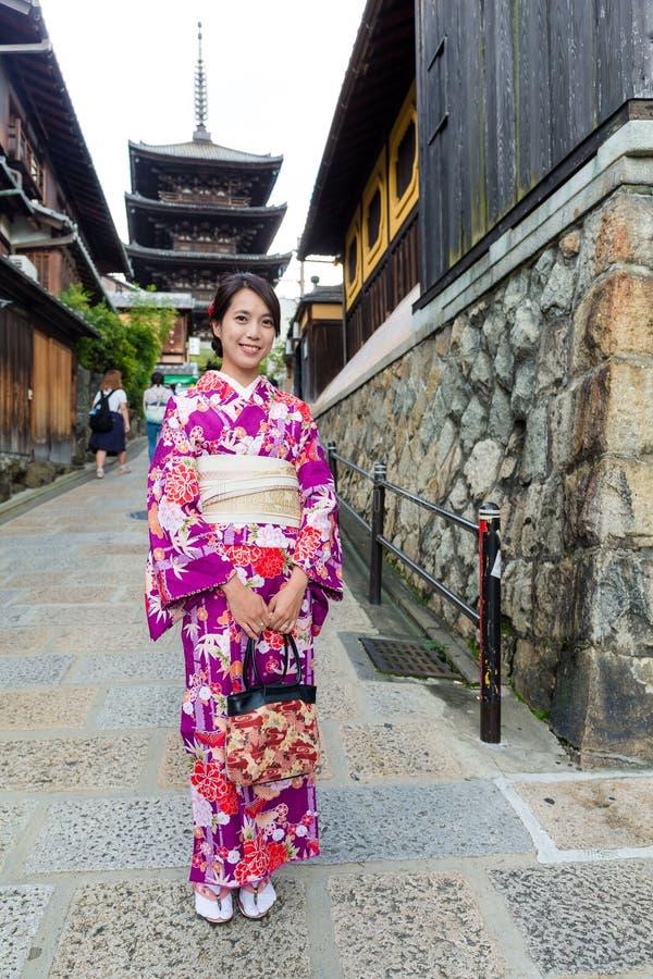 Japanse vrouw met yasakapagode van het kimonobezoek stock foto