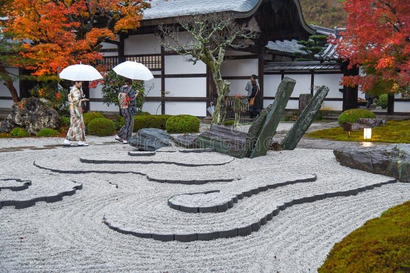 Japanse vrouwen in enkojitempel, Kyoto, Japan royalty-vrije stock afbeeldingen