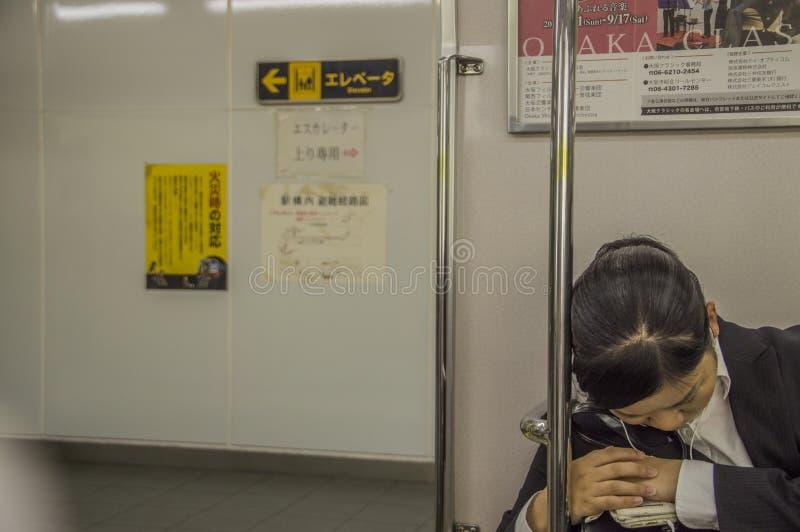 Japanse Vrouwenslaap in Osaka Subway Train At Japan 2016 stock foto's