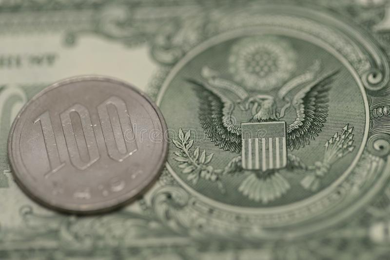 Japanse Yen en Amerikaanse dollar stock afbeeldingen