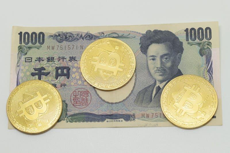 Japanse Yen en bitcoin muntstukken royalty-vrije stock fotografie