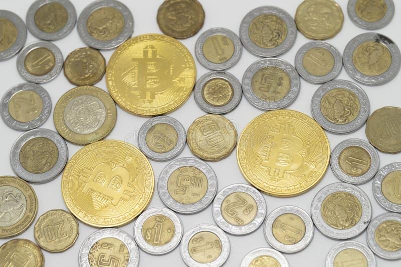 Japanse Yen en bitcoin muntstukken royalty-vrije stock afbeeldingen