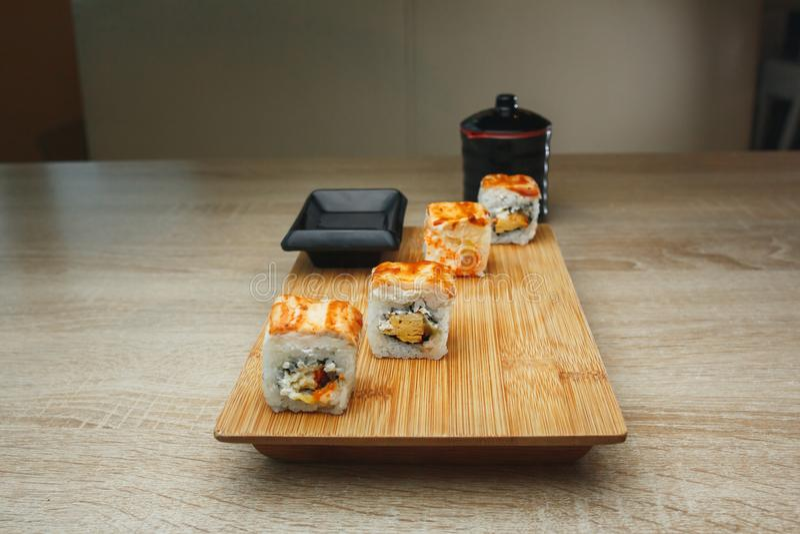 Japanse zeevruchtensushi en maki op houten plaat Sluit omhoog stock afbeelding
