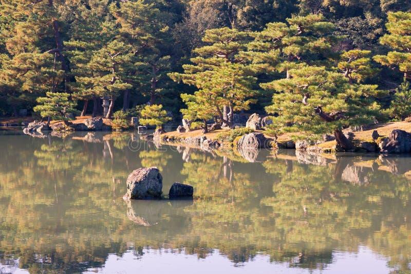 Japanse zentuin met watermeer royalty-vrije stock foto