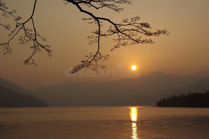 Japanse zonsondergang in de bergen royalty-vrije stock fotografie